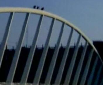 Tres jóvenes trepan por el puente de Calatrava a 25 metros de altura